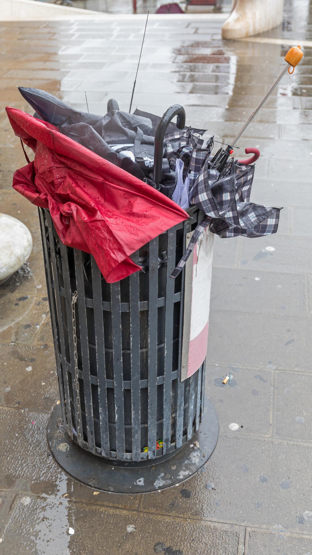 Guarda-chuvas no lixo